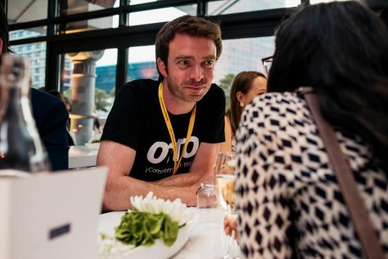 Corporate Influencer von OTTO lehnen an einem Tisch und unterhalten sich.