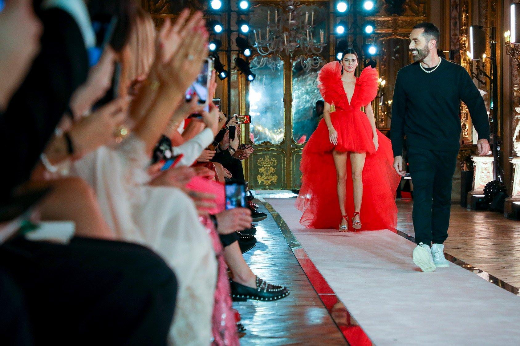 HM Kampagne rotes Kleid